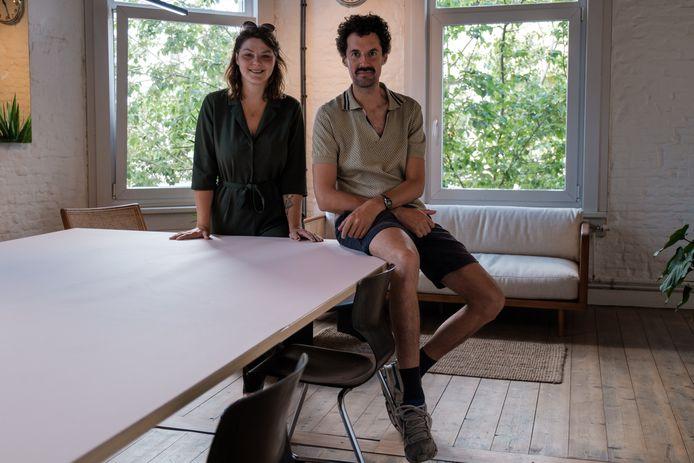Anke Van Dijck en Bert Vanlommel, de nieuwe uitbaters van café Rood-Wit. De volkse kroeg combineren ze met ateliers en coworking space.