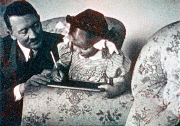 'Hitler kijkt toe hoe de dochter van Speer leert schrijven. 'Mijn kinderen voelden zich niet aangetrokken tot Hitler' Beeld Belga