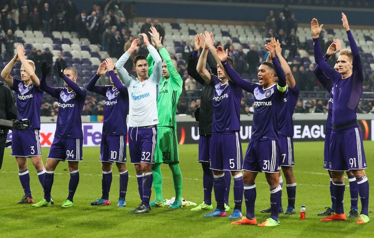 Anderlecht's players celebrate after winning a game between Belgian soccer team RSC Anderlecht and Russian team FC Zenit, first-leg of the 1/16 finals of the Europa League competition, Thursday 16 February 2017, in Brussels. BELGA PHOTO VIRGINIE LEFOUR Beeld null