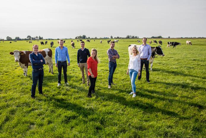De zeven boeren van Coöperatie de Vleesmeesters tussen de Midden-Delflandse koeien.