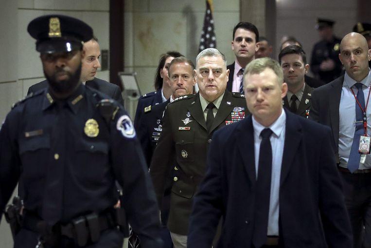 Mark Milley (midden) na de persconferentie. Beeld AFP