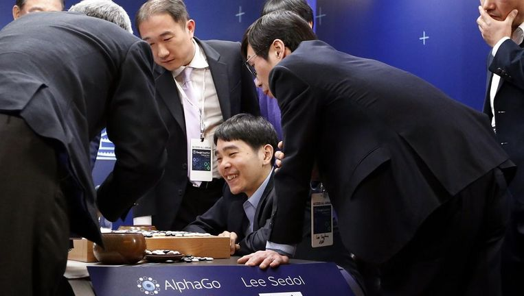 Grootmeester Lee Sedol is verheugd over een goede zet tijdens zijn go-wedstrijd tegen computer AlphaGo. Uiteindelijk won de computer Beeld