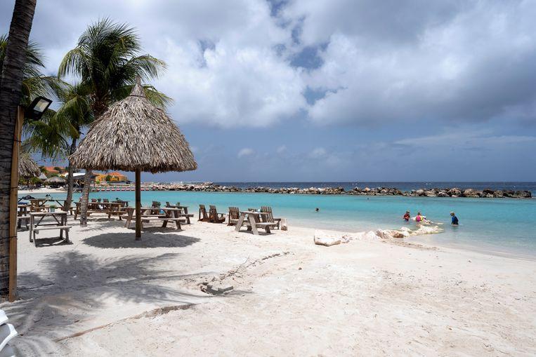 Met hooguit enkele duizenden toeristen op Curaçao oogt het leeg op Mambo Beach.  Beeld Els Zweerink