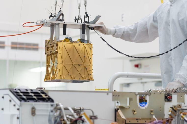 Technici van de Nasa installeren in maart 2019 Moxie in de Perseverance rover, in het laboratorium in Pasadena, California.  Beeld