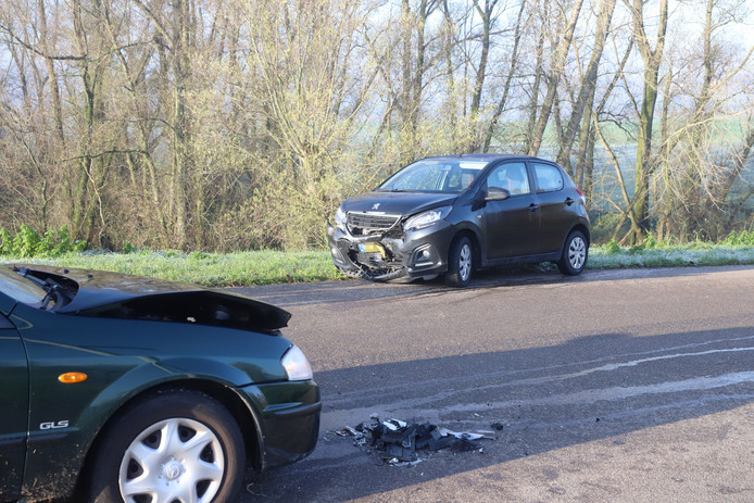 De twee zwaar beschadigde auto's in Wamel.