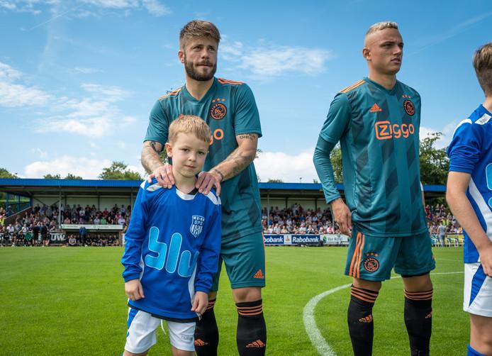 Rick Vos mocht maandagmiddag samen met Ajax-middenvelder Lasse Schöne het veld oplopen.