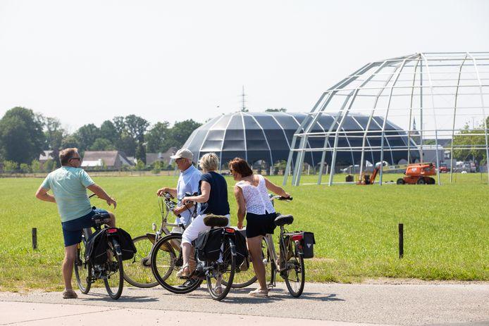 Enkele fietstoeristen langs de Pukkelpopweide in Kiewit bij Hasselt.