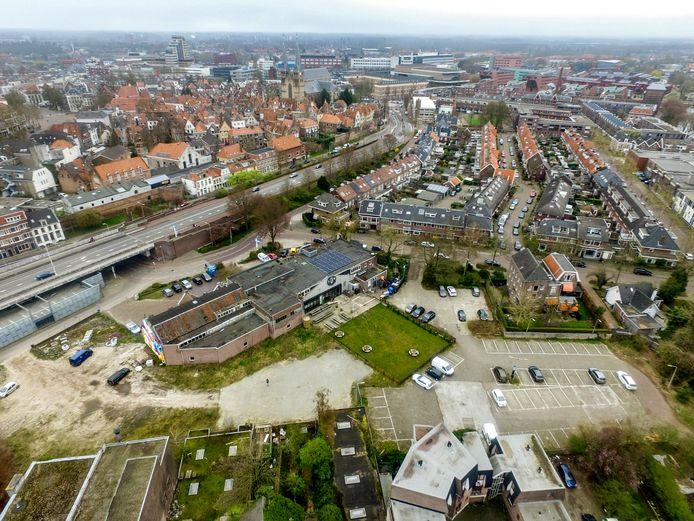 Beeld vanuit de lucht, met onder meer zicht op Davo Bieren en het grasveld waar bij mooi weer een terras is. Een aantal buurtbewoners wil dat daar een einde aan komt en klaagt over overlast.