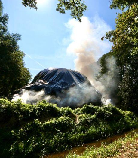 Brandende hooiberg langs A6 stelt hulpdiensten op de proef: nog dagen nodig om te blussen