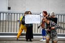Demonstratie bij Alphense gevangenis, demonstranten eisen vrijlating van complotdenkers Wouter Raatgever.