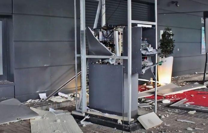 De zes worden onder andere verdacht van de plofkraak op deze geldautomaat in Monheim am Rhein, op 22 mei 2018.