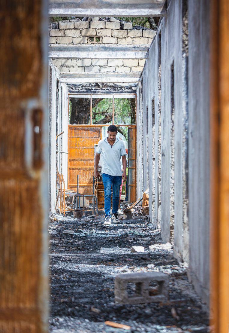 Een afgebrand ziekenhuis in Ataye. Beeld Petterik Wiggers