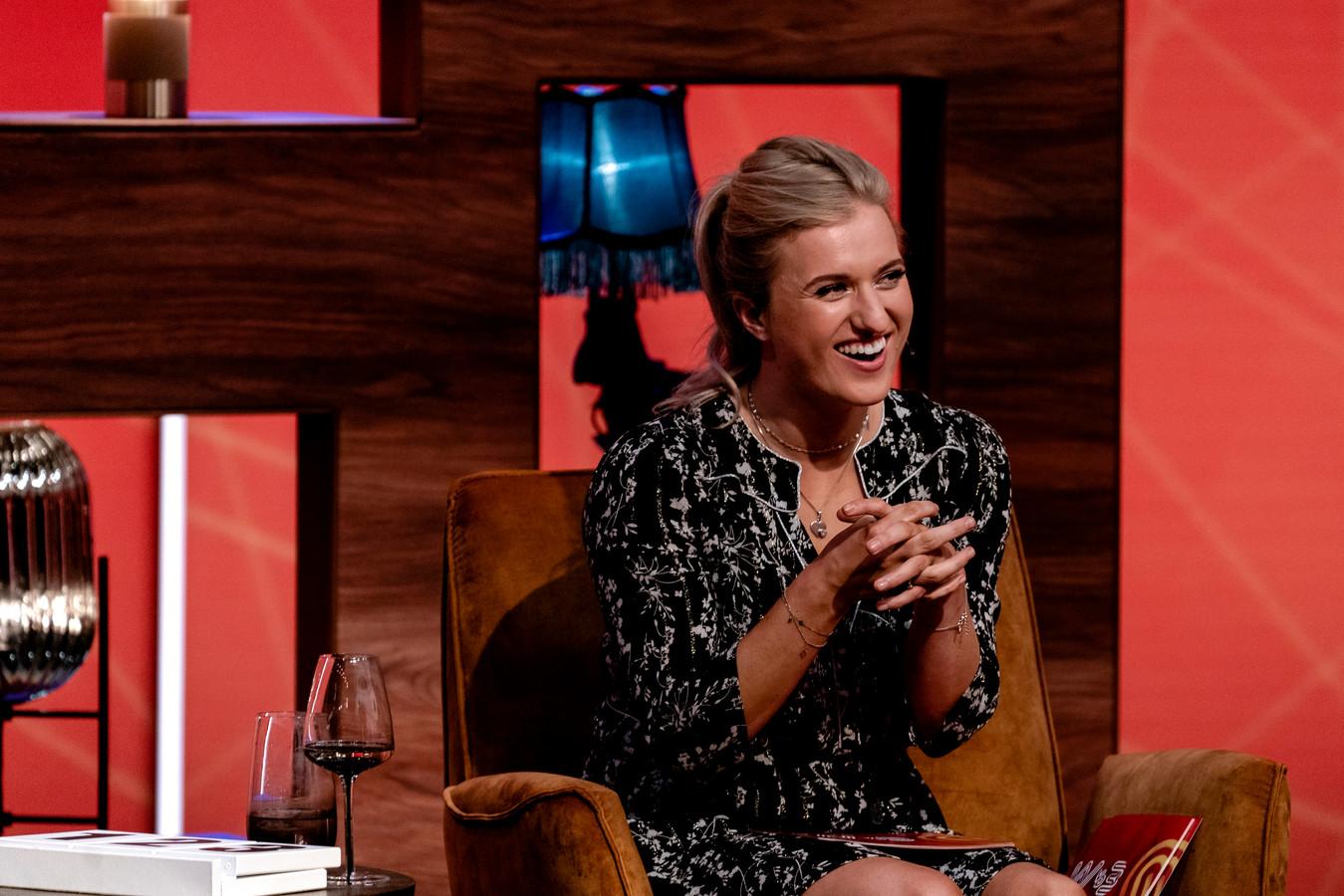 Panellid Britt Dekker in de studio van SBS 6-programma Wie Van De 3.