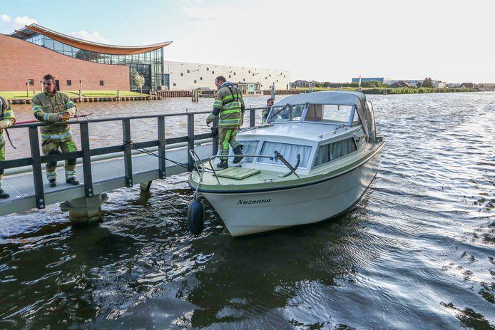Het op drift geraakte bootje wordt weer vastgelegd.