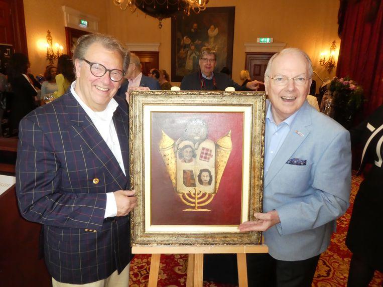 A: Joop Van Wijk, jongste zoon van verzetsheld Bep Voskuijl, krijgt de Michiel de Ruyter Prijs 2019 uit handen van ambassadeur Ronnie Tober. Beeld Hans van der Beek