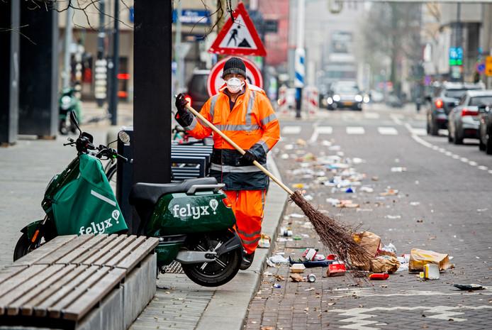 Oud en nieuw in Rotterdam: troep op straat, troep in de lucht.