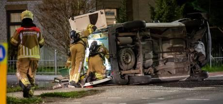 Auto op zijn kant door ongeluk in Fijnaart, bestuurder gewond