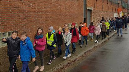 Kinderen basisschool Dorp stappen voor goed doel