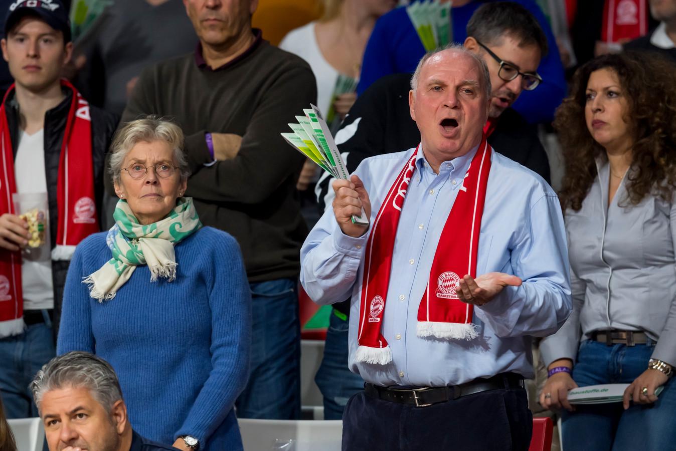 Uli Hoeness in typische stijl met Bayern-sjaal.