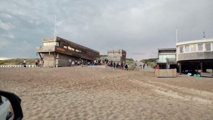 Jongeren op het strand van Dishoek