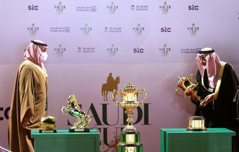 De Saoedische kroonprins Mohammed bin Salman (l.) rijkt een award uit aan Prins Abdel Rahman bin Abdullah al Faisal, de eigenaar van het winnende paard van de Saudi Cup. Prijs: 20 miljoen dollar. Beeld AP