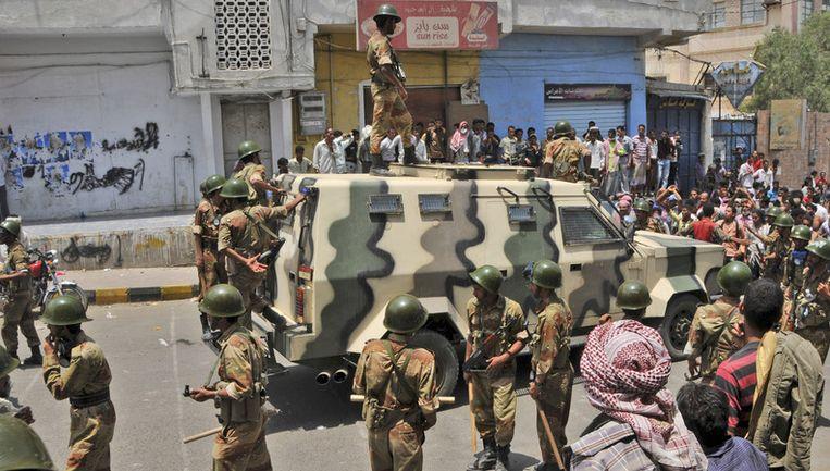 Soldaten houden betogers tegen. Beeld AP