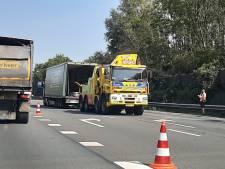 Meerdere auto's en een vrachtwagen met elkaar in botsing op A27 bij Utrecht