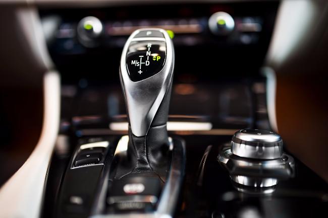 Een automaat bij 100 km/u in zijn achteruit zetten is niet slim, zo blijkt.