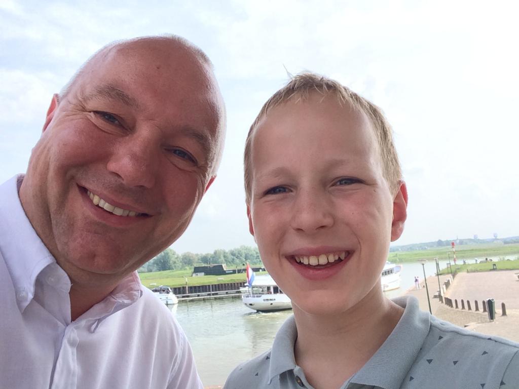 De pas 14-jarige Thijs van Asperdt (r) wil voor D66 in Wijk bij Duurstede de gemeenteraad in. Hij hoopt straks op dezelfde lijst te staan als z'n vader Bart (l), die lijsttrekker wordt.