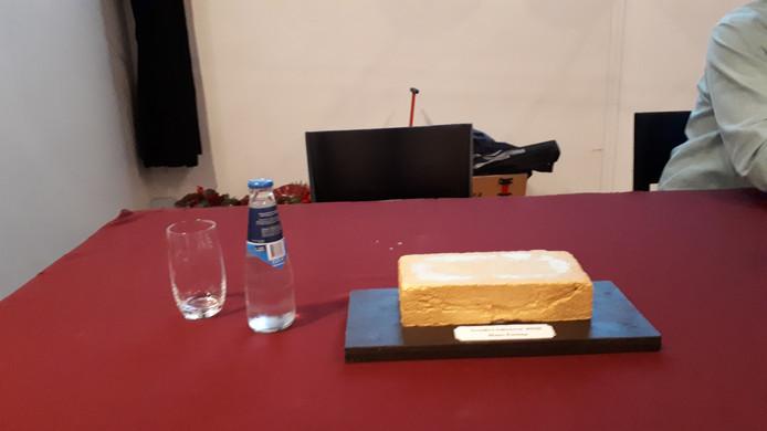 Niels Minnaard van Red Bravis Bergen laakte de afwezigheid van Bravis-bestuurder Hans Ensing. Zijn stoel was symbolisch leeg gelaten met op tafel de hem toegewenste 'gouden baksteen'.