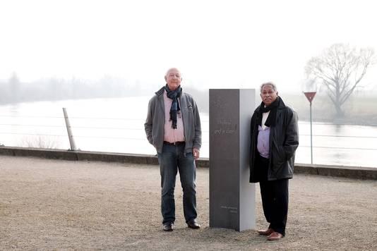 Gerard Akse (l) en  Izaac Singadji bij het Molukse Monument in Doesburg in 2015. Akse maakte de gedichtenbundel Moluks Geheugen.