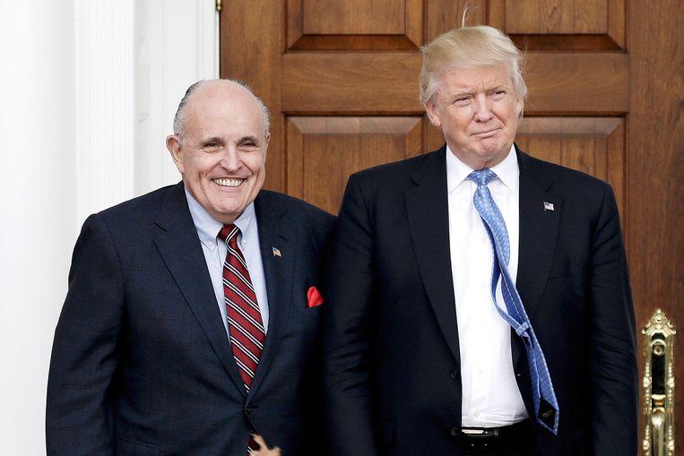 De Amerikaanse president Donald Trump en zijn advocaat Rudy Giuliani (l.) liggen onder vuur vanwege hun speciale band met Oekraïne.    Beeld EPA