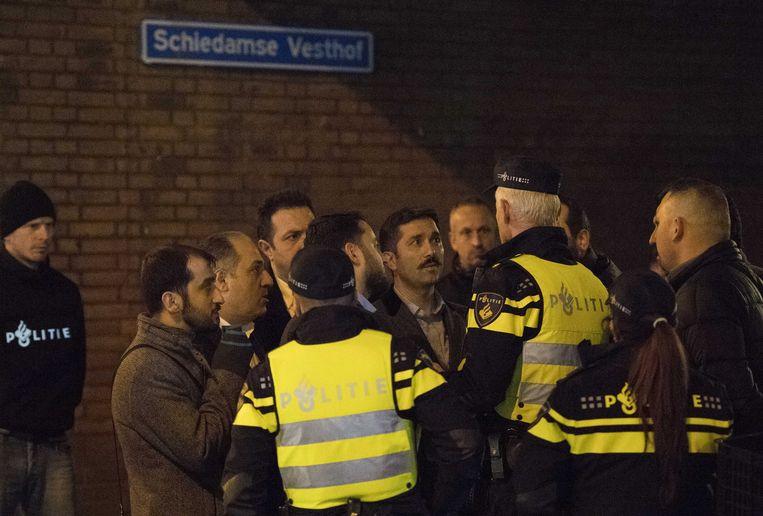 Vertegenwoordigers van de Turkse AKP overleggen met de politie. Beeld ANP