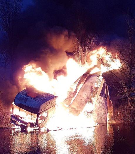 Dode bij ongeluk op N377 bij Dedemsvaart, vrachtwagen in brand