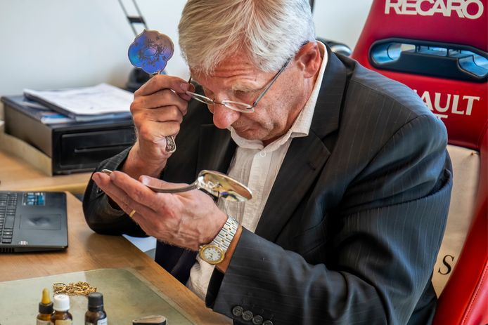 Theo Kaptein (74), eigenaar van Goudinkoopbureau Theo Kaptein heeft het drukker dan ooit.