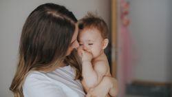 Heeft je baby last van zijn eerste tandjes? Mama deelt geniaal trucje om het leed te verzachten