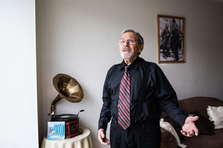 Ex-zanger Fahri Isik (80), ooit een beroemd Turks zanger, later textielarbeider in Twente. Beeld Cigdem Yuksel