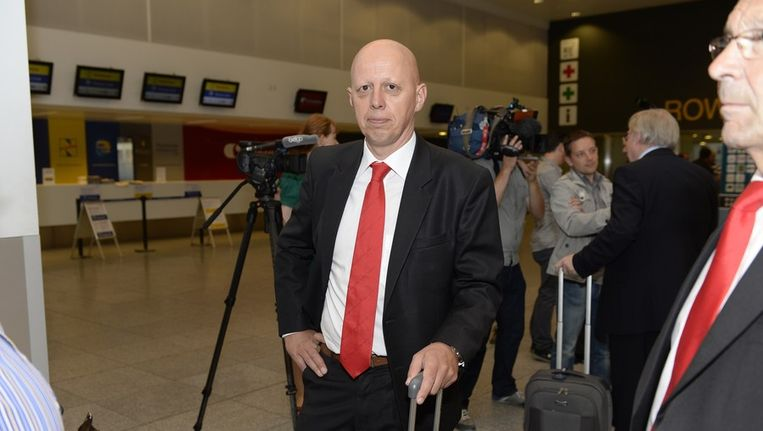 Steven Martens op de luchthaven, voor de partij in en tegen Schotland. Beeld PHOTO_NEWS