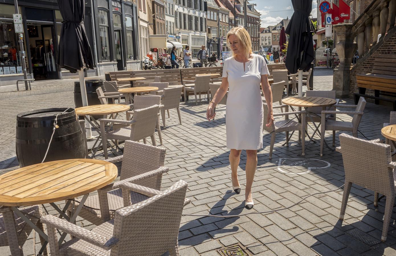 Burgemeester Annemieke Vermeulen neemt een kijkje in de binnenstad van Zutphen, waar de terrassen langzaam worden uitgezet. De verantwoordelijkheid hiervoor legt ze neer bij de ondernemers. ,,Als er problemen dreigen te ontstaan dan pakt de gemeente die verantwoordelijkheid.''