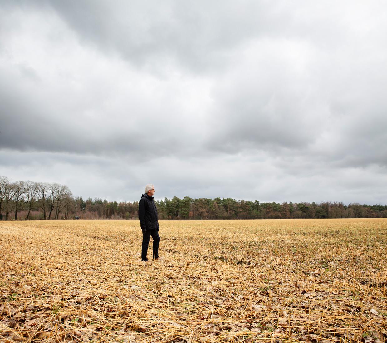 John Smits kijkt over de akker die wat hem betreft een zonnepark wordt.