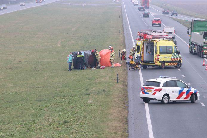 Hulpdiensten aan het werk op de A6 bij Bant nadat daar twee ongelukken plaats hadden gevonden.