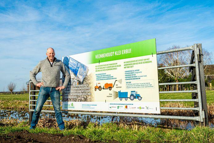 Veehouder Marinus de Vries uit Stolwijk is deelnemer aan het project 'Proeftuin Krimpenerwaard', waarbij klei in de veenbodem wordt aangebracht om bodemdaling en CO2-uitstoot te beperken en de veenbodem te verstevigen.
