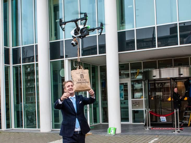 Stroopwafelmuur Waddinxveen wekt 'jaloezie' in Gouda: ondernemer bedenkt ludieke actie en bezorgt stroopwafels per drone