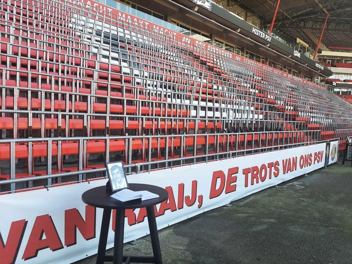 Het condoleance-register voor Van der Kuijlen is via de speciale looproute in het Philips Stadion geopend.