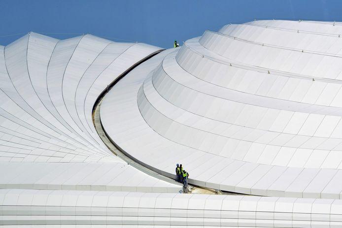 Werknemers op het dak van het al-Janoub Stadion in Doha, Qatar.