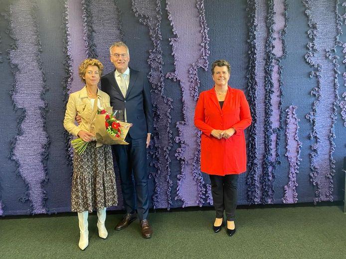 Hans Janssen liet zich samen met zijn vrouw Mia fêteren door commissaris van koning Ina Adema bij de aanvaarding van zijn derde ambtstermijn als burgemeester van Oisterwijk