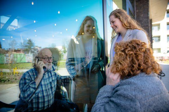 Het zwaairaam: een initiatief van De Gitschotel. Een paar dagen per week kunnen familieleden hun geliefde ouders of grootouders die in het centrum wonen toch nog zien, én spreken via een door het centrum voorziene telefoon.