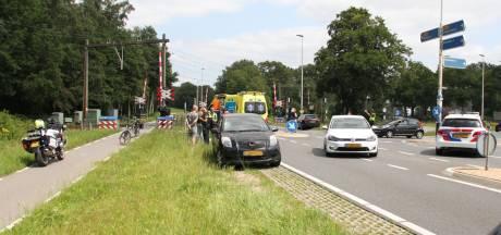 Fietser met onbekend letsel naar ziekenhuis na aanrijding op Holterweg bij Bathmen