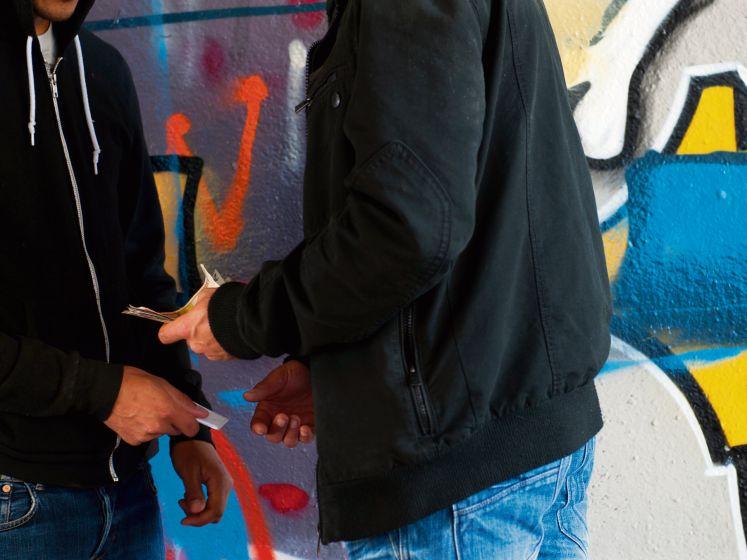 Politie schaduwt loopjongen Zwolse drugsoorlog dagenlang (en ziet ene na andere drugsdeal)