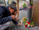 Inwoners van Würzburg plaatsen waxinelichtjes naast de ingang van het Woolworth-filiaal waar de messentrekker zijn eerste slachtoffers maakte.